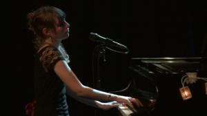 Filmkomponistion und Jazz-Pianistin Adina Friis am Klavier.