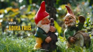 Film Credits Still aus dem Vorspann vom Film Eden für Jeden mit zwei musikalischen Gartenzwergen